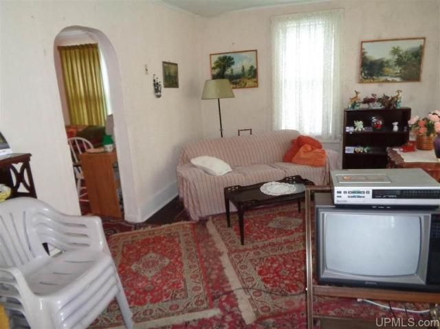 Living room featured at 25431 Oak St, Calumet, MI 49913