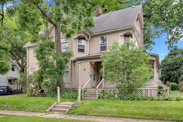 Yard featured at 67 Henry Clay Ave, Pontiac, MI 48341