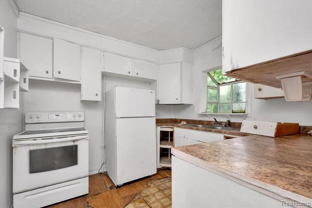 Kitchen featured at 67 Henry Clay Ave, Pontiac, MI 48341