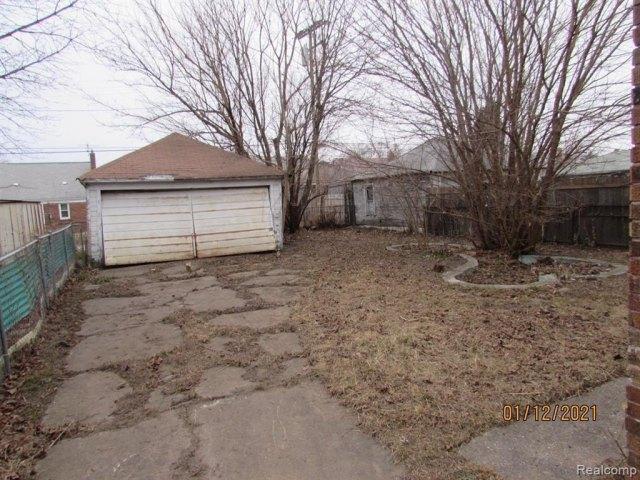 Yard featured at 17319 Runyon St, Detroit, MI 48234