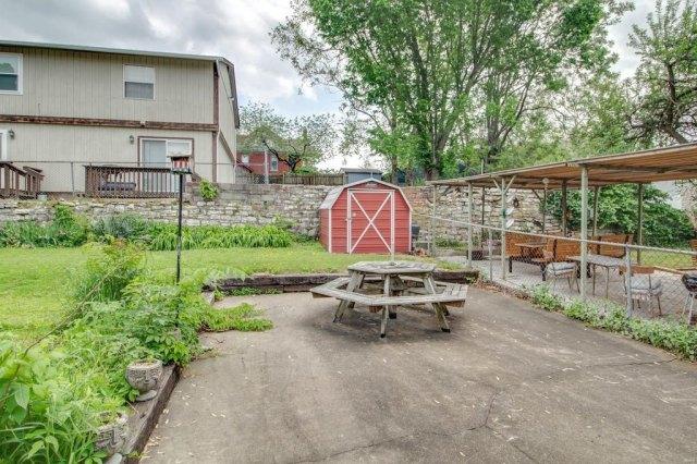 Yard featured at 403 E 8th St, Alton, IL 62002