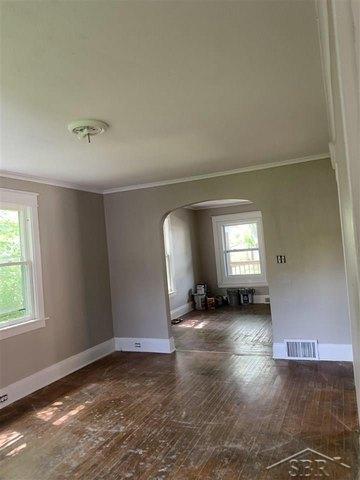 Living room featured at 2314 N Oakley St, Saginaw, MI 48602