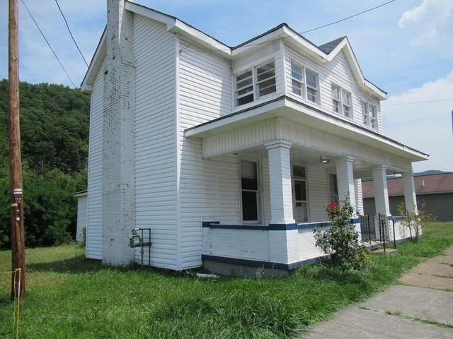 Porch featured at 191 Pleasant St, Hinton, WV 25951