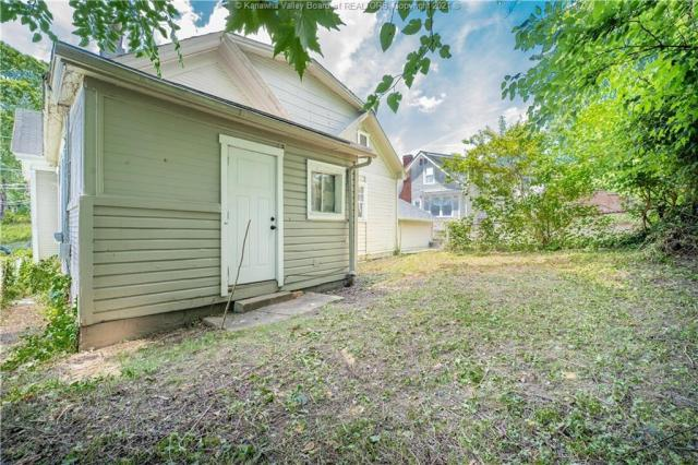 Yard featured at 724 Garvin Ave, Charleston, WV 25302
