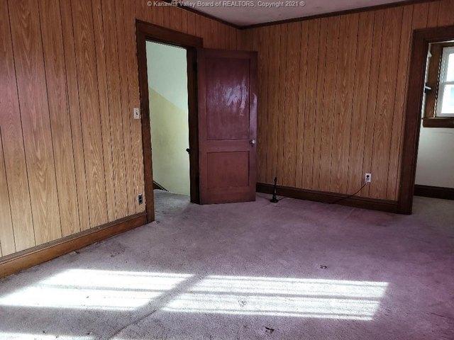 Garage featured at 111 Fitzgerald St, Charleston, WV 25302