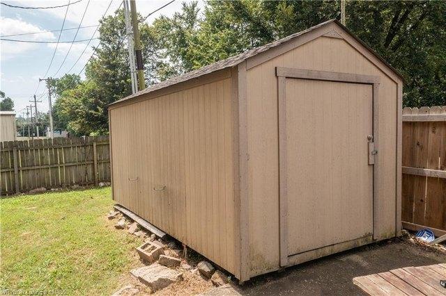 Garage featured at 414 S 6th St, Van Buren, AR 72956
