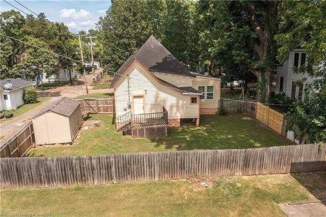 Yard featured at 414 S 6th St, Van Buren, AR 72956