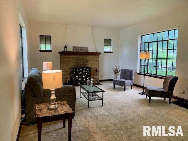 Living room featured at 1216 8th Ave S, Clinton, IA 52732