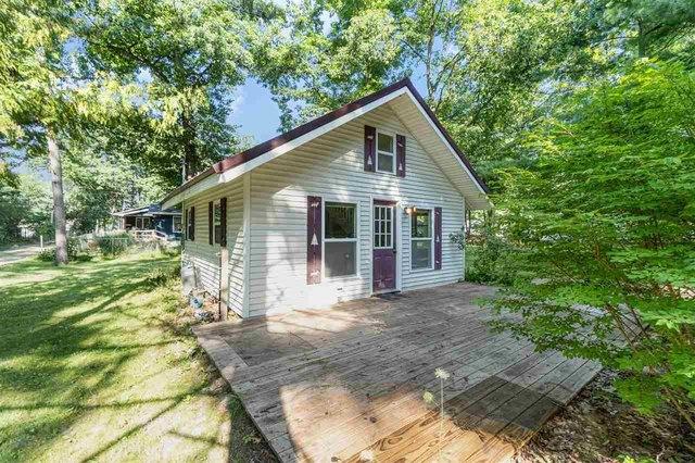 Porch yard featured at 4246 Gilding Rd, Beaverton, MI 48612