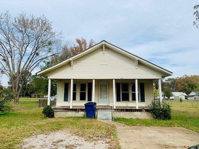Porch featured at 120 Mabry Cir, Savannah, TN 38372