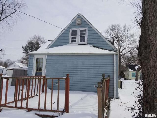 Porch yard featured at 406 N Madison St, West Frankfort, IL 62896