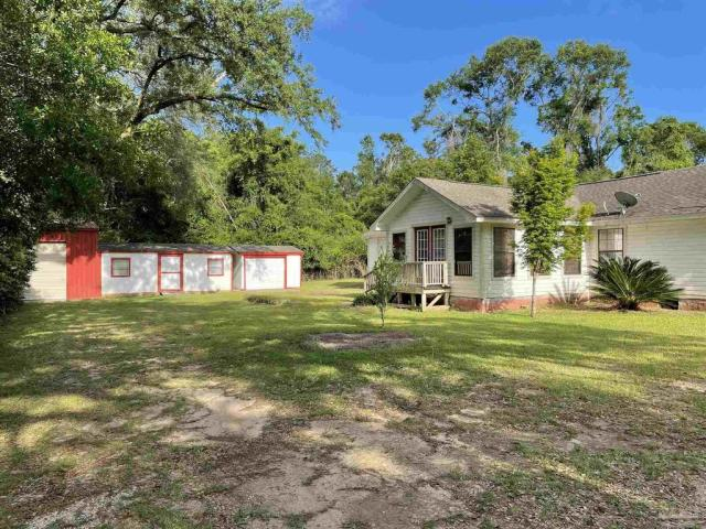 Yard featured at 4560 Trice Rd, Milton, FL 32571