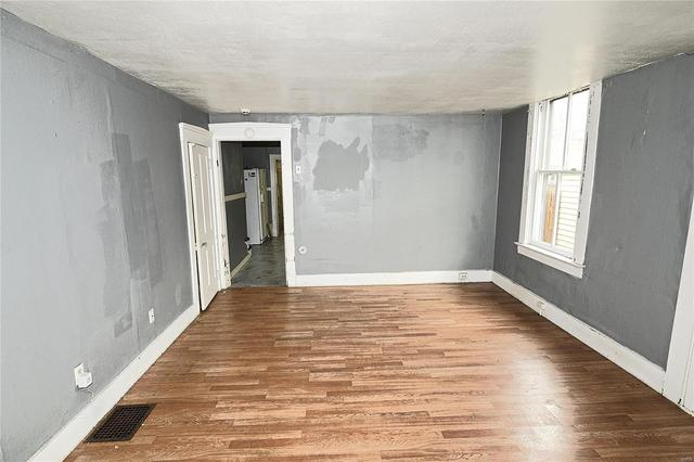 Living room featured at 7522 Vermont Ave, Saint Louis, MO 63111