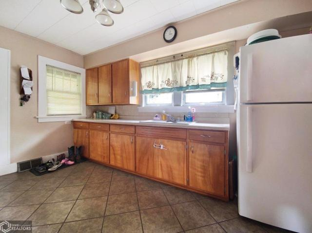 Kitchen featured at 123 Highland Ave, Dumont, IA 50625