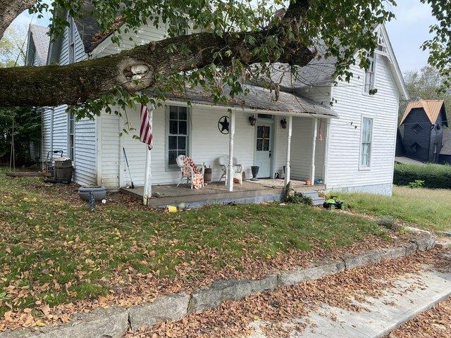 Porch yard featured at 218 E Cox Ave, Gainesboro, TN 38562