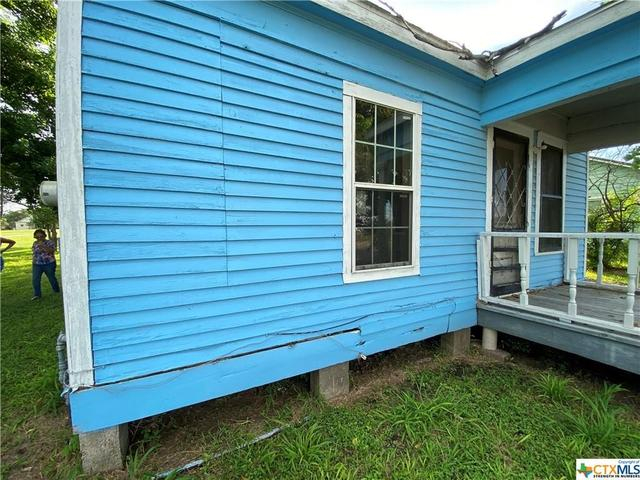Porch yard featured at 2109 S Laurent St, Victoria, TX 77901