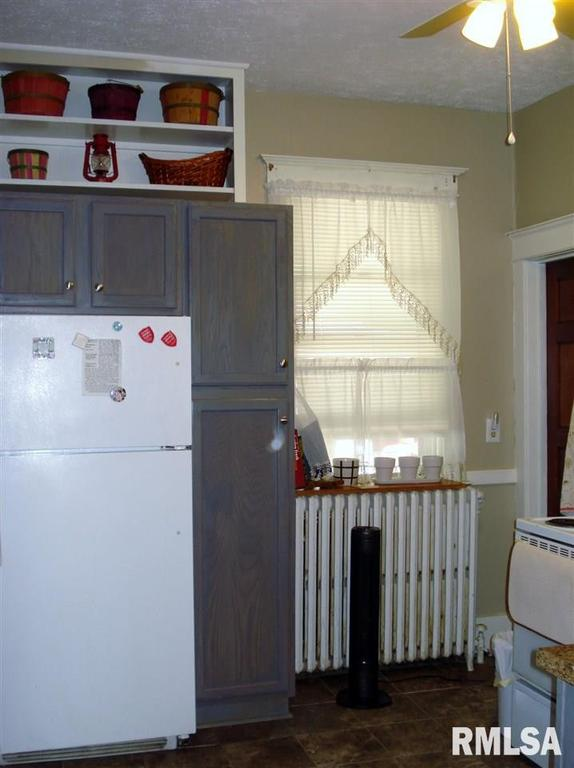 Laundry room featured at 982 N Cedar St, Galesburg, IL 61401