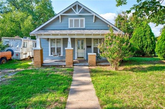 Porch yard featured at 501 W Pierce St, Mangum, OK 73554