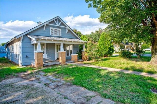 Yard featured at 501 W Pierce St, Mangum, OK 73554