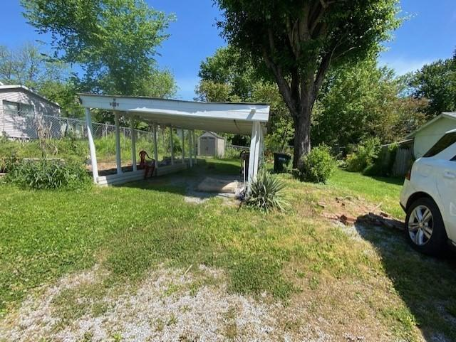 Yard featured at 243 W Noel Ave, Madisonville, KY 42431