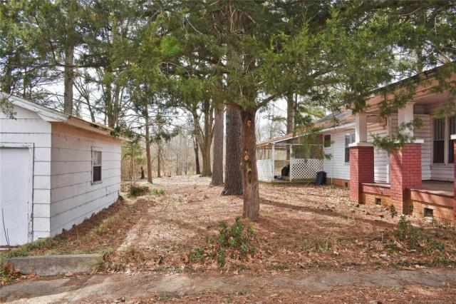 Yard featured at 712 SE 1st St, Antlers, OK 74523
