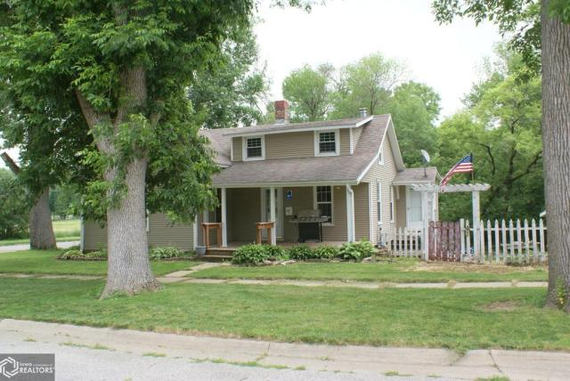 Porch yard featured at 1103 7th St, Eldora, IA 50627
