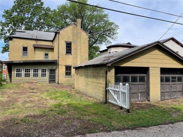 Garage featured at 218 S Charles St, Belleville, IL 62220