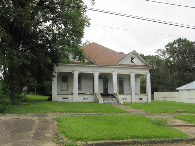 Porch yard featured at 333 Fleming St, Brundidge, AL 36010