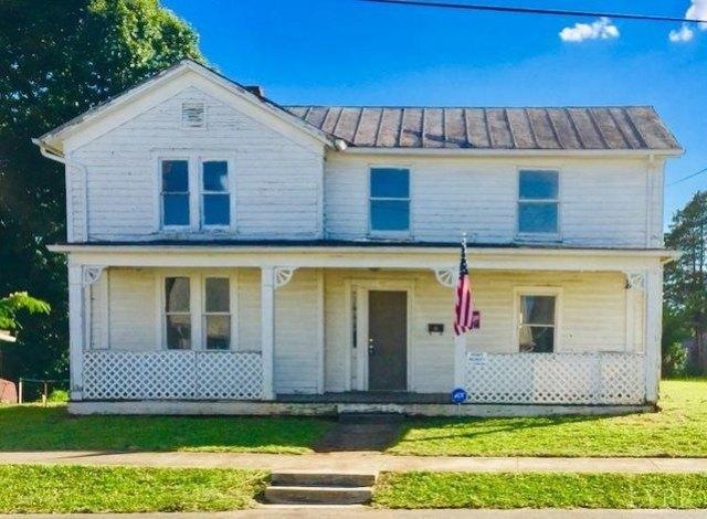 Porch yard featured at 831 Victoria Ave, Lynchburg, VA 24504