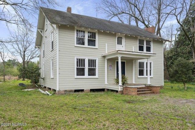 Porch yard featured at 716 Hallsboro Rd N, Clarkton, NC 28433
