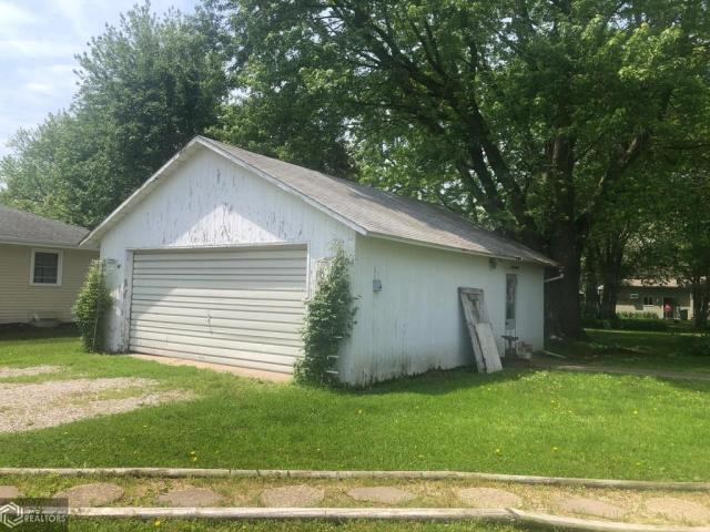 Yard featured at 607 N Washington St, Bloomfield, IA 52537