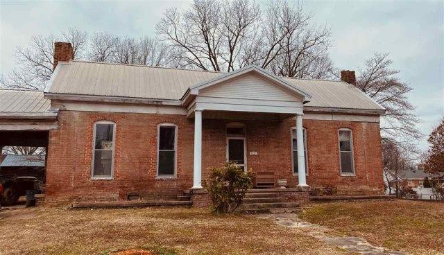 Porch featured at 712 S College St, Trenton, TN 38382