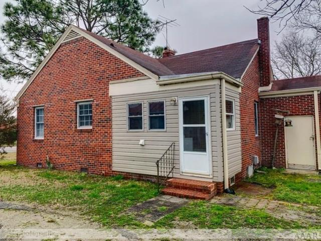 Porch yard featured at 816 N Broad St, Edenton, NC 27932