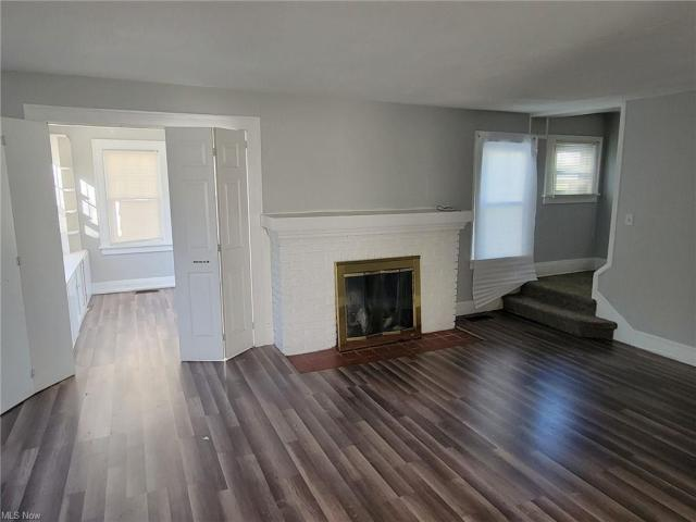 Living room featured at 3805 Monticello Blvd, Cleveland Heights, OH 44121