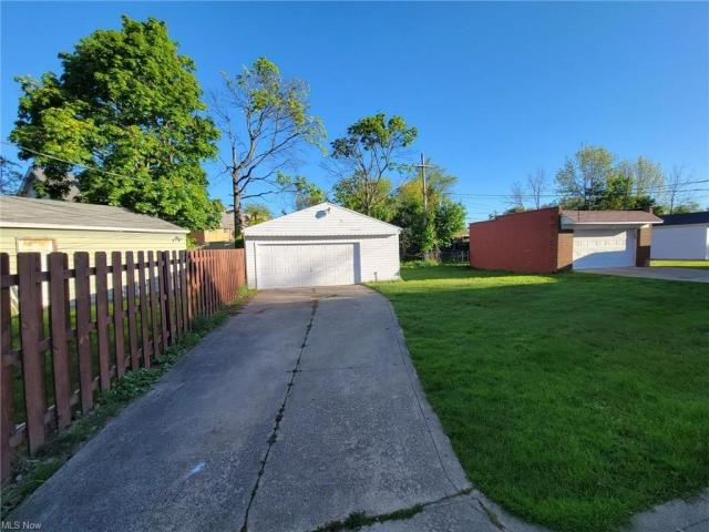 Yard featured at 3805 Monticello Blvd, Cleveland Heights, OH 44121