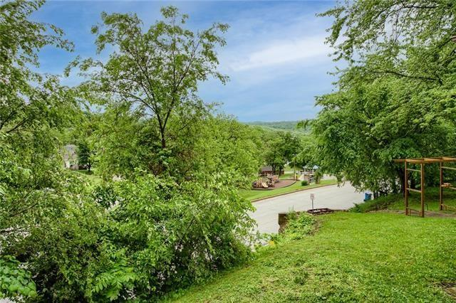 Yard featured at 426 Dunbar Ave, Excelsior Springs, MO 64024