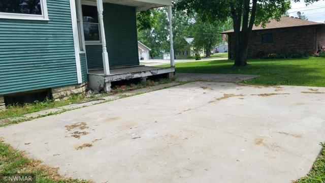 Porch yard featured at 403 S East St, Sigourney, IA 52591