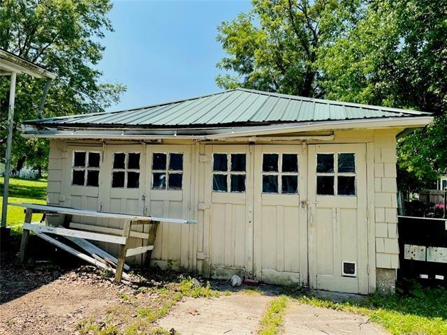 House view featured at 1423 Main St, Trenton, MO 64683