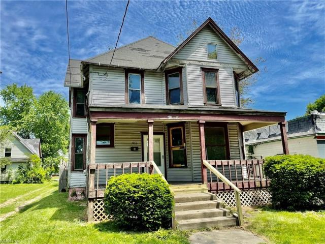Porch yard featured at 1951 Tuscarawas St E, Canton, OH 44707