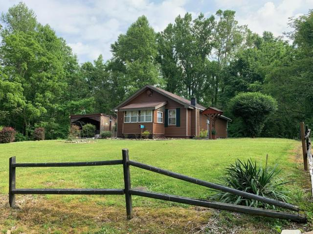 Yard featured at 998 Slate Ridge Rd, Lily, KY 40740