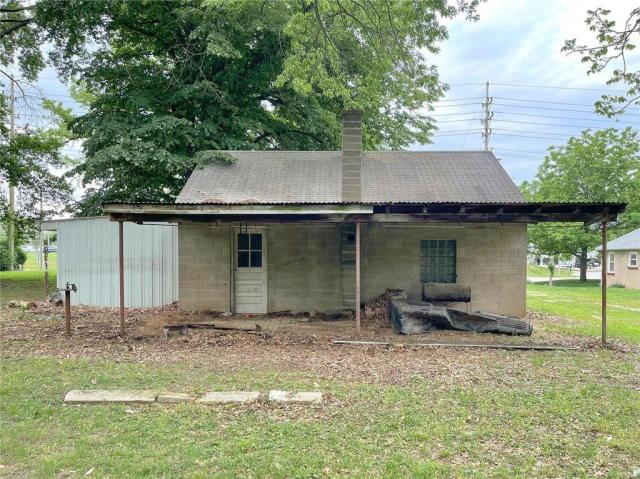 Porch yard featured at 1418 S Illinois St, Belleville, IL 62220