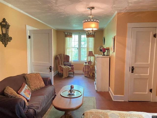 Living room featured at 402 E Moulton St, Hickman, KY 42050