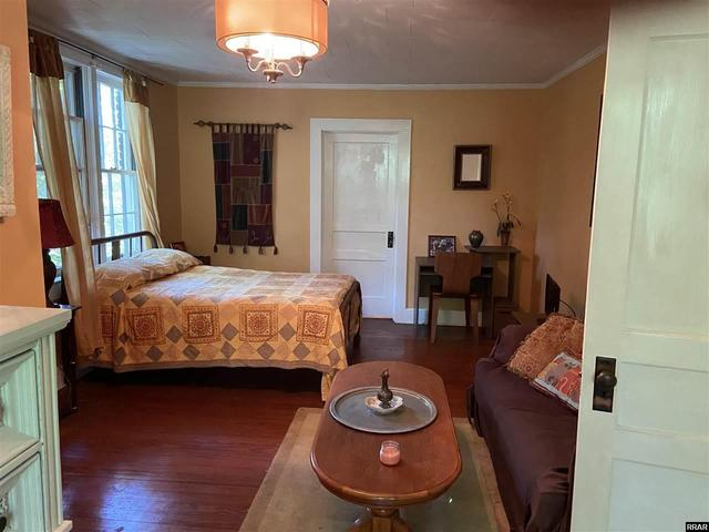 Bedroom featured at 402 E Moulton St, Hickman, KY 42050