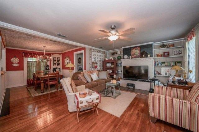 Living room featured at 713 Monroe St, Kilgore, TX 75662