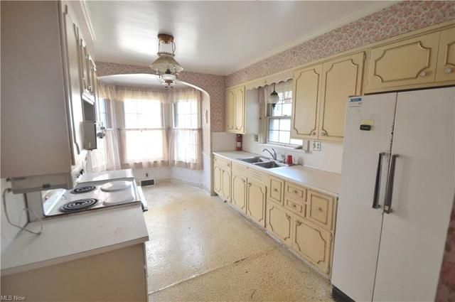 Kitchen featured at 4019 Rush Blvd, Youngstown, OH 44512