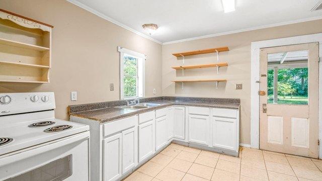 Kitchen featured at 536 Miller St, Hattiesburg, MS 39401