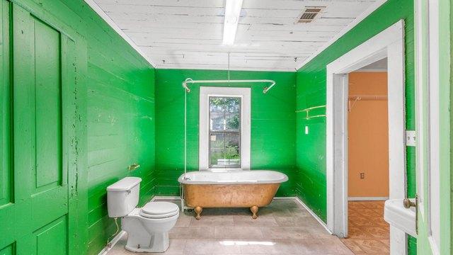 Bathroom featured at 536 Miller St, Hattiesburg, MS 39401