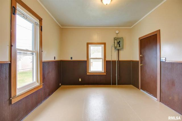 Bedroom featured at 434 8th Ave S, Clinton, IA 52732