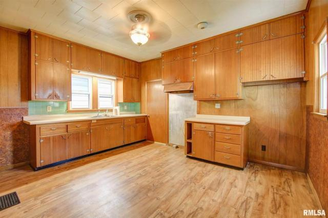 Kitchen featured at 434 8th Ave S, Clinton, IA 52732