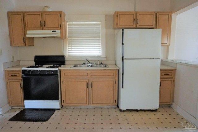 Kitchen featured at 409 N B St, Pensacola, FL 32501